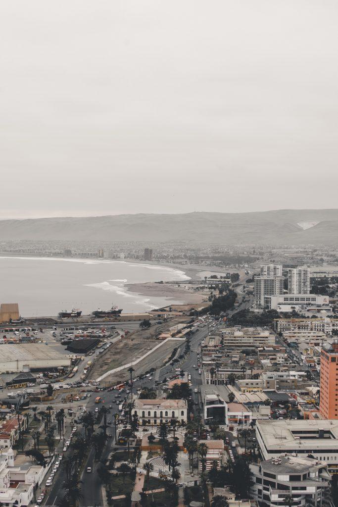 vistas de ciudad con mar