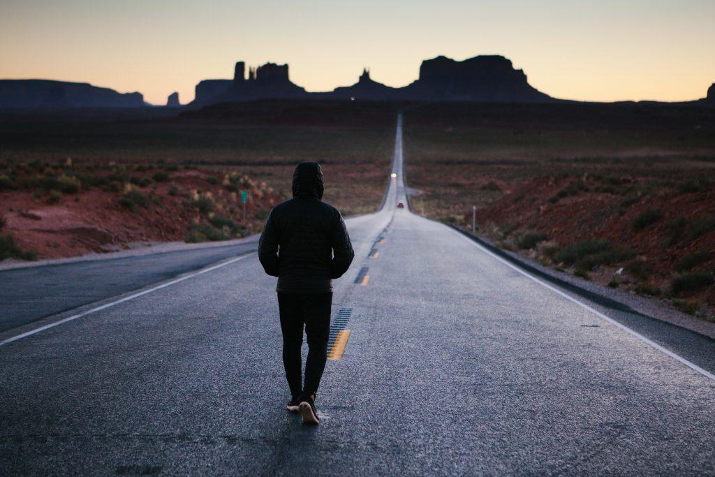 hombre en carretera